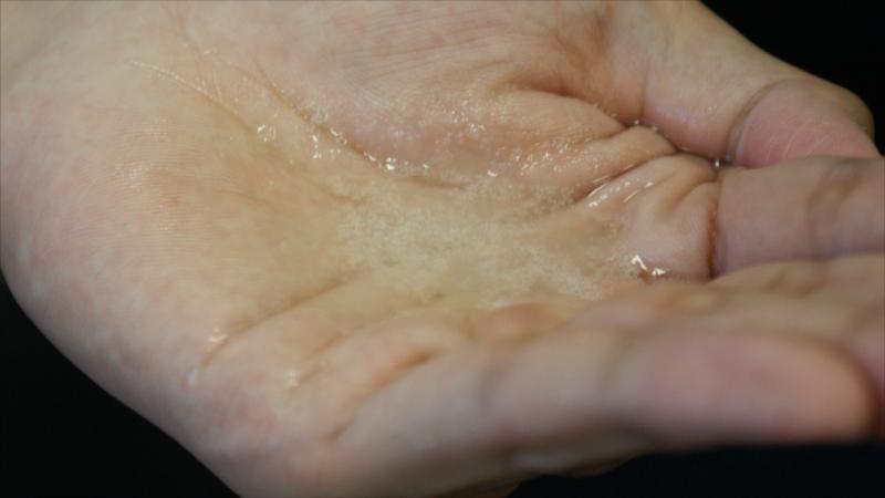 肌潤糖をお湯で溶かしたところ