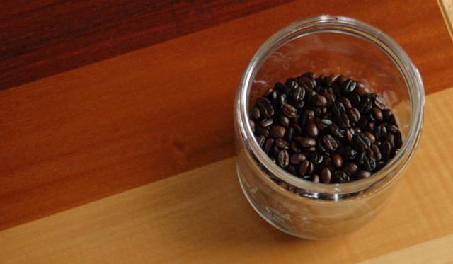 容器に焙煎豆を入れる