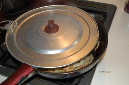 れんこんとごぼうをふたをして炒める