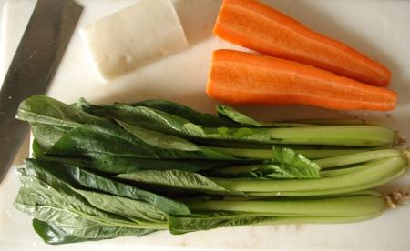 野菜を洗って切る
