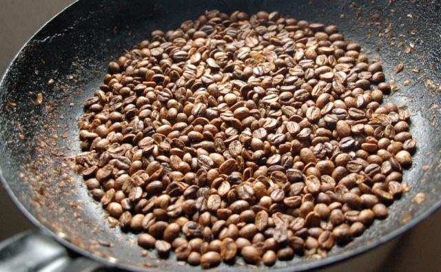 焙煎でコーヒー豆がきつね色に