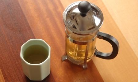 柿の葉茶はガラスで抽出