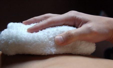 肌に蒸しタオルを直接あてて熱刺激をくわえる